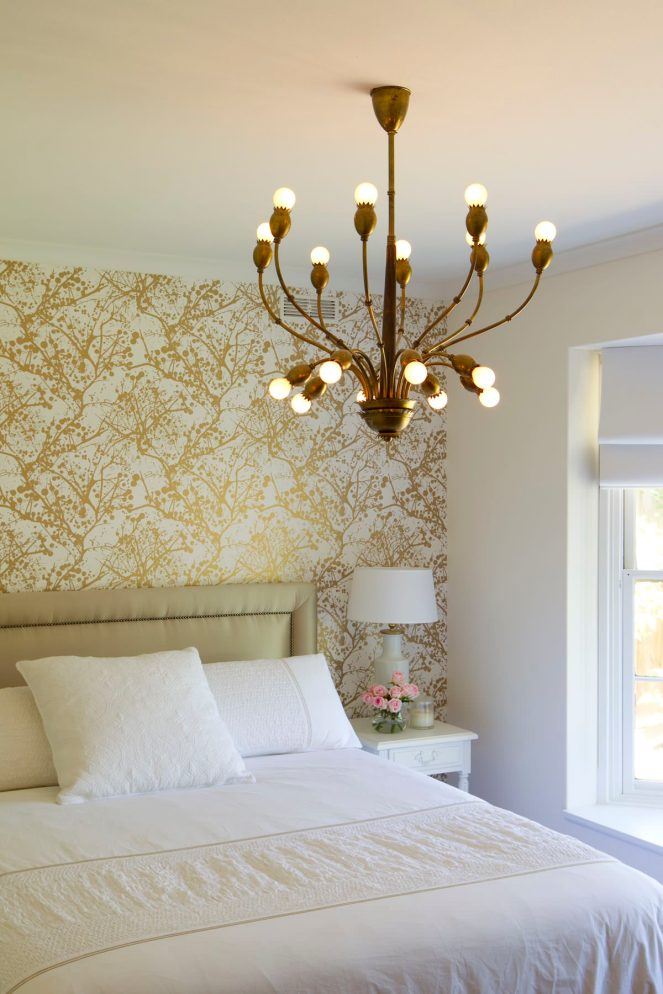 Glam-bedroom-statement-gold-wallpaper